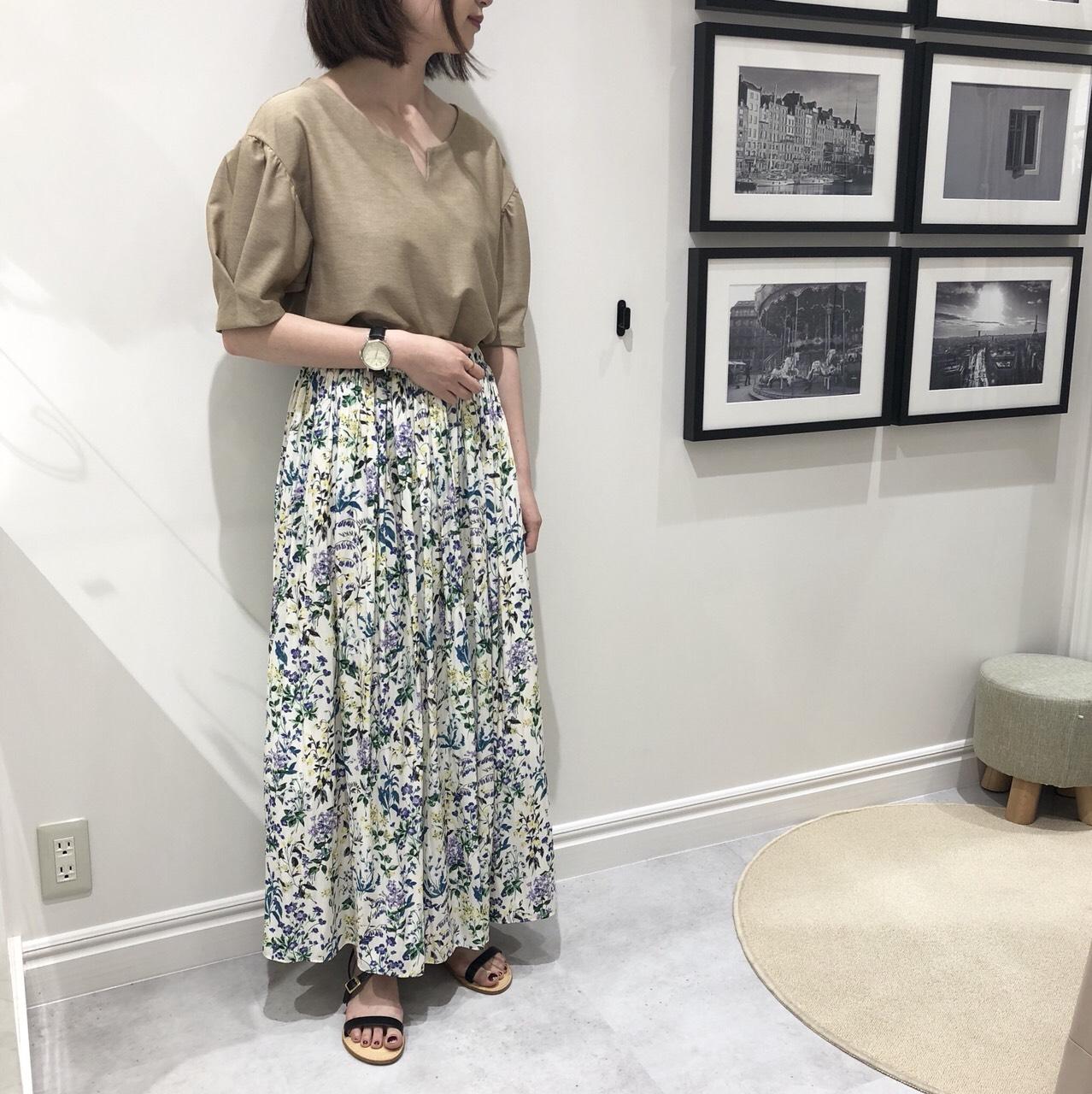 袖タックカットソーと新作花柄スカート・荻窪店